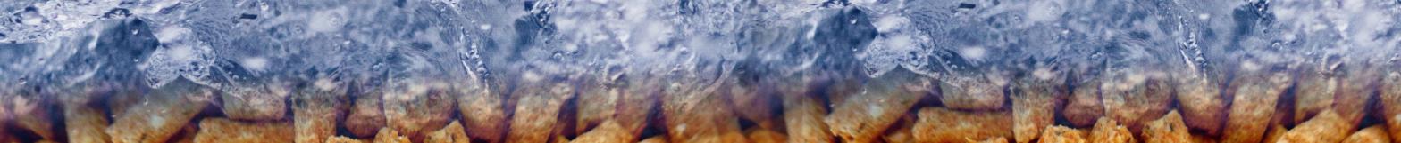 Bandeau avec une photo de granulés de bois surmontés d'eau en mouvement