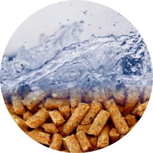 Photo de granulés de bois surmontés d'eau en mouvement